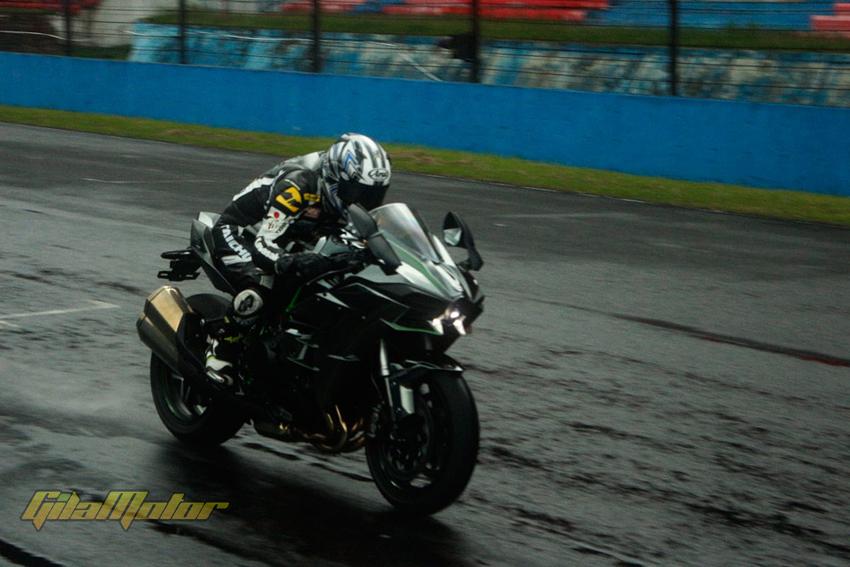Kawasaki Ninja H2 dan Ninja H2R diluncurkan di Indonesia seharga Rp 580 juta dan Rp 1 miliar.
