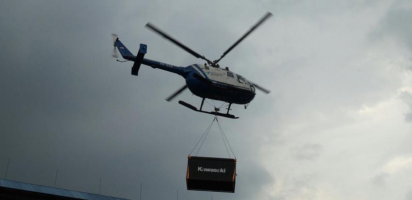 Kawasaki Motor Indonesia meluncurkan Ninja H2 dan H2R di Indonesia. Prosesi peluncurannya jadi udara dengan Helikopter
