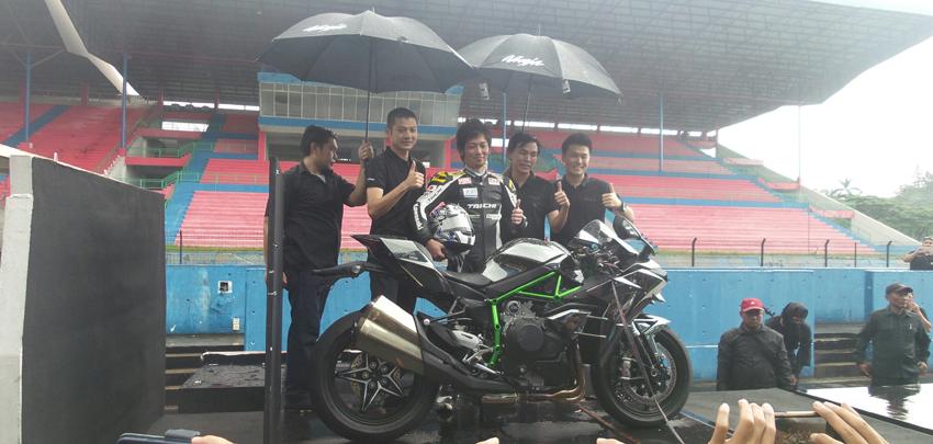 Kawasaki Ninja H2 resmi diluncurkan di Indonesia. Ninja H2 jadi motor tercepat di dunia