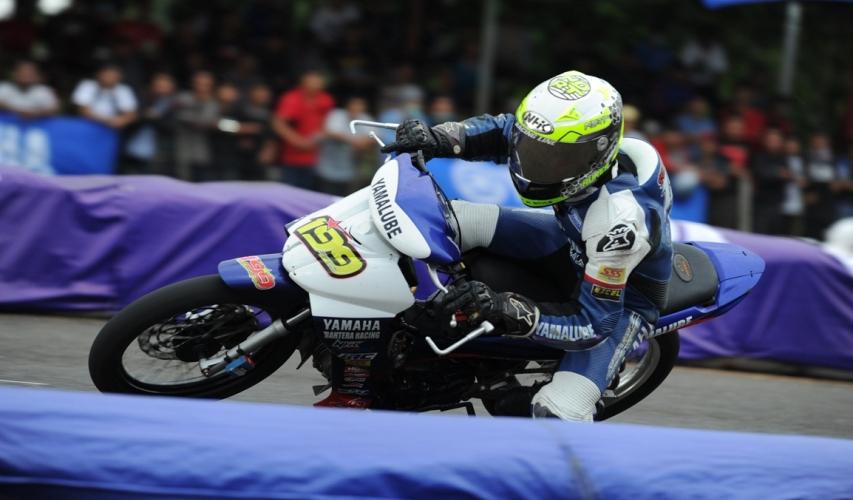 Jupiter Z1 injeksi digeber Syahrul Amin (Yamaha Yamalube NHK IRC Nissin NGK Bahtera R.T) juara umum kelas Seeded seri 1 Yamaha Cup Race 2015 di GOR Satria Purwokerto