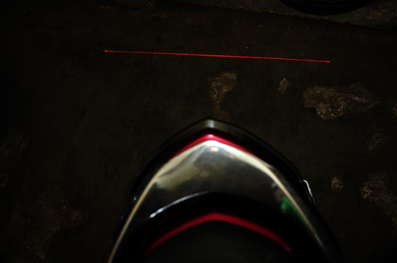 Cahaya lasernya membentuk garis