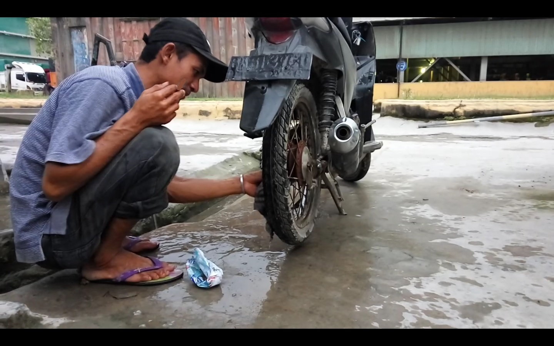 Hasil gambar untuk mencuci motor dengan sabun colek