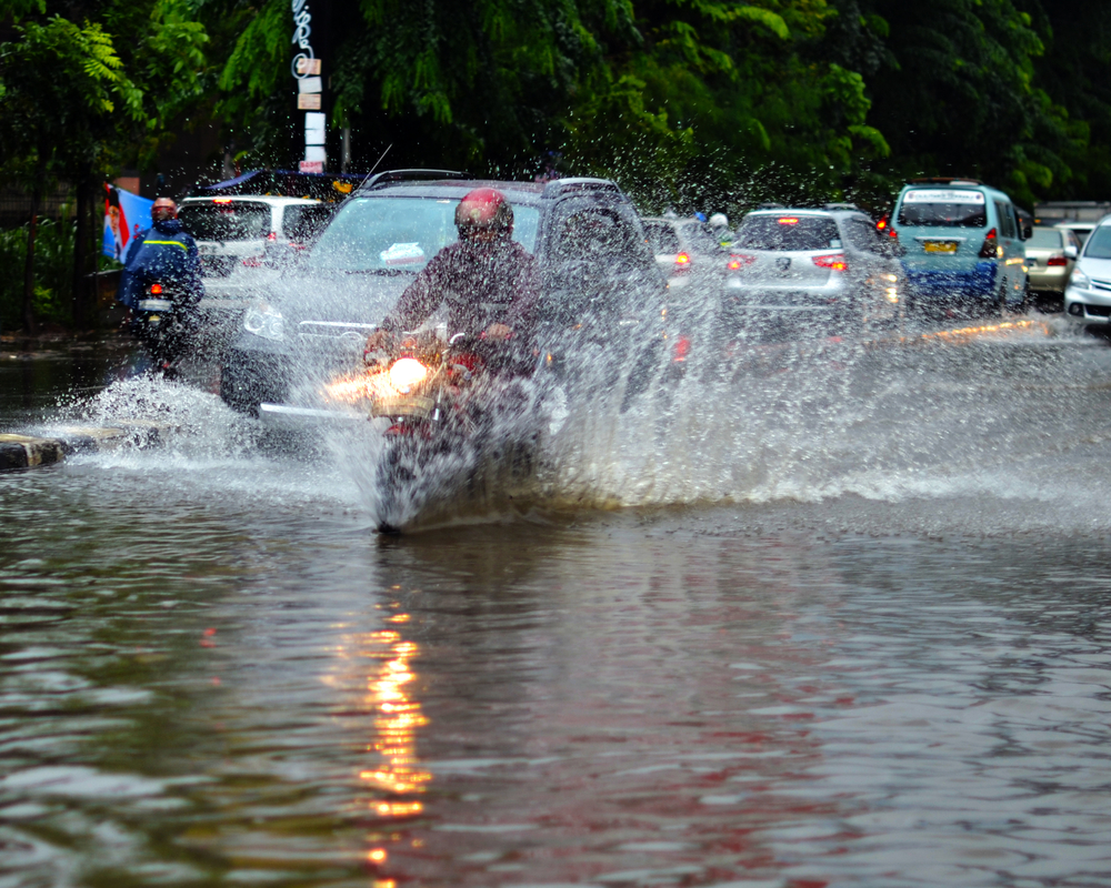 Naik Motor Musim Hujan