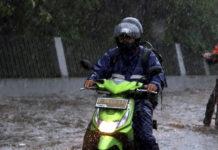 Tips Naik Motor Musim Hujan