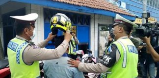 Polisi Bagikan Helm